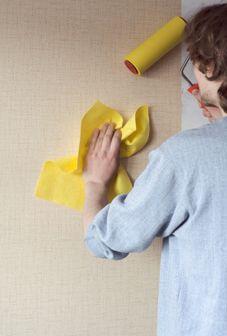 Как клеить обои на гипсокартон: наклеивание флизелиновых и других покрытий, видео-инструкция и фото