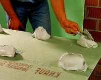 Можно ли клеить гипсокартон на обои: инструкция по монтажу своими руками, видео и фото