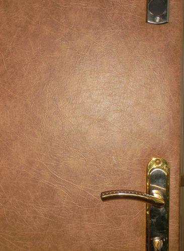 Обои на дверь: видео-инструкция как обклеить своими руками, сочетание светлой и темной отделки, фото