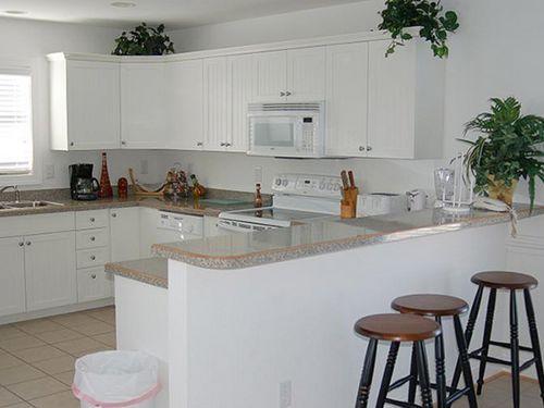 Фото кухни с барной стойкой: дизайн маленькой кухни-гостиной или кухни-студии