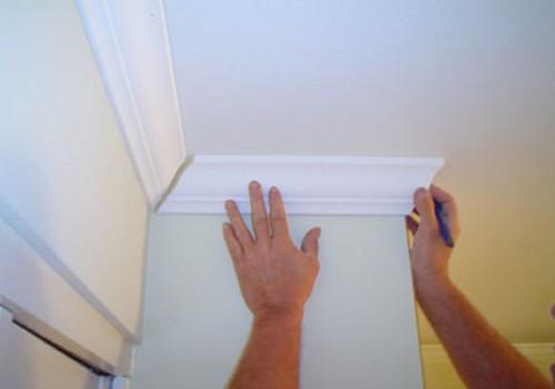 Как правильно приклеить плинтус на потолок — расчёт и крепёж