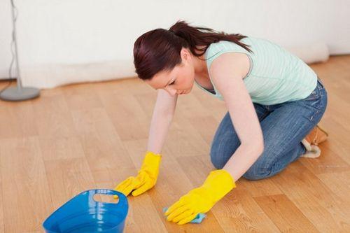 Чем мыть ламинат, чтобы не было следов: как мыть без разводов, швабра, средства
