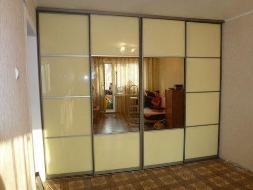 Фасады шкафов-купе (76 фото): новинки необычного дизайна без зеркал, галерея стеклянных и коминированных вариантов