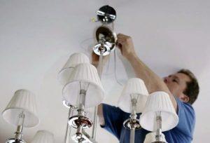 Этапы и особенности крепления люстры к потолку