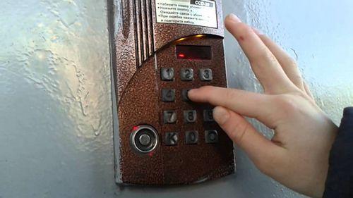 Как открыть дверь домофона без ключа: способы и секреты