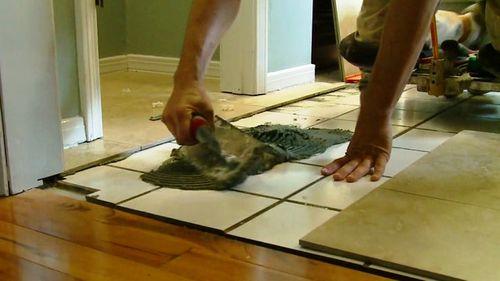 Как положить плитку на пол на плитку?