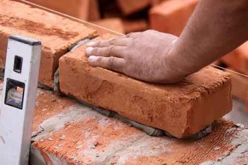 Как заделать щели в стене