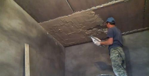 Оштукатуривание потолка по маякам