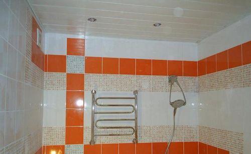 Отделка потолка ПВХ панелями в ванной и на кухне