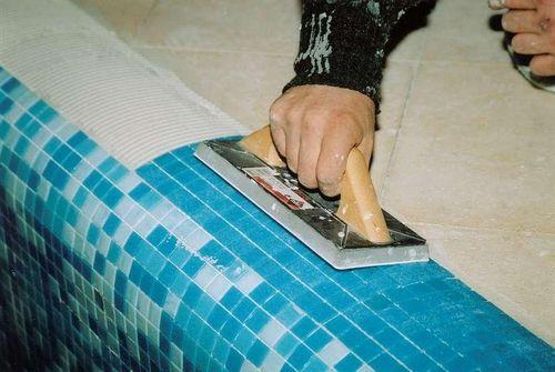 Плитка мозаика: укладка мозаичная на клей, видео и сетка на стену, керамическая стекломасса и пол плиточный