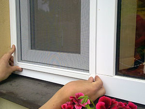 Способы установки москитных сеток на окна и двери ПВХ